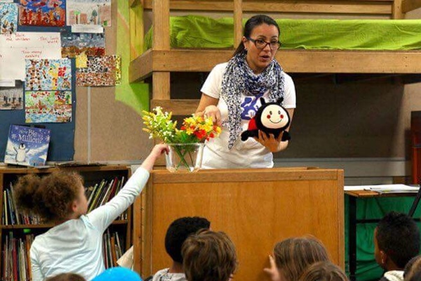 Migrant scientist Carolina Zuluaga explains the mysteries of Galapagos ecology to primary students (Photo: Cultural Infusion).